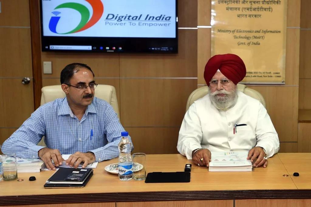 印度信息科技部长Ajay Sawhney(左)说, 政府在科技行业推行更严格的规制, 同时会保持开放的心态