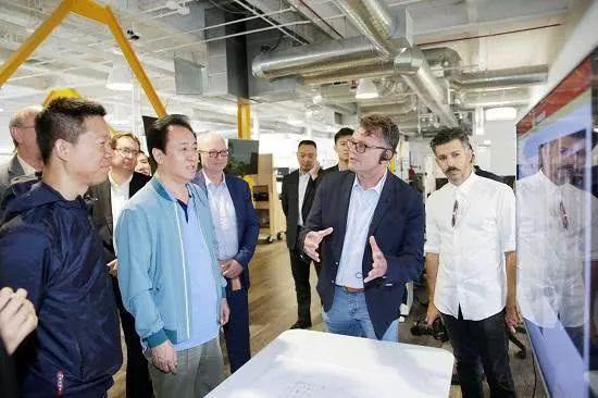 贾跃亭陪同许家印与FF全球生产制造高级副总裁Dag Reckhorn交流(Dag为原特斯拉生产制造主要负责人,右二)